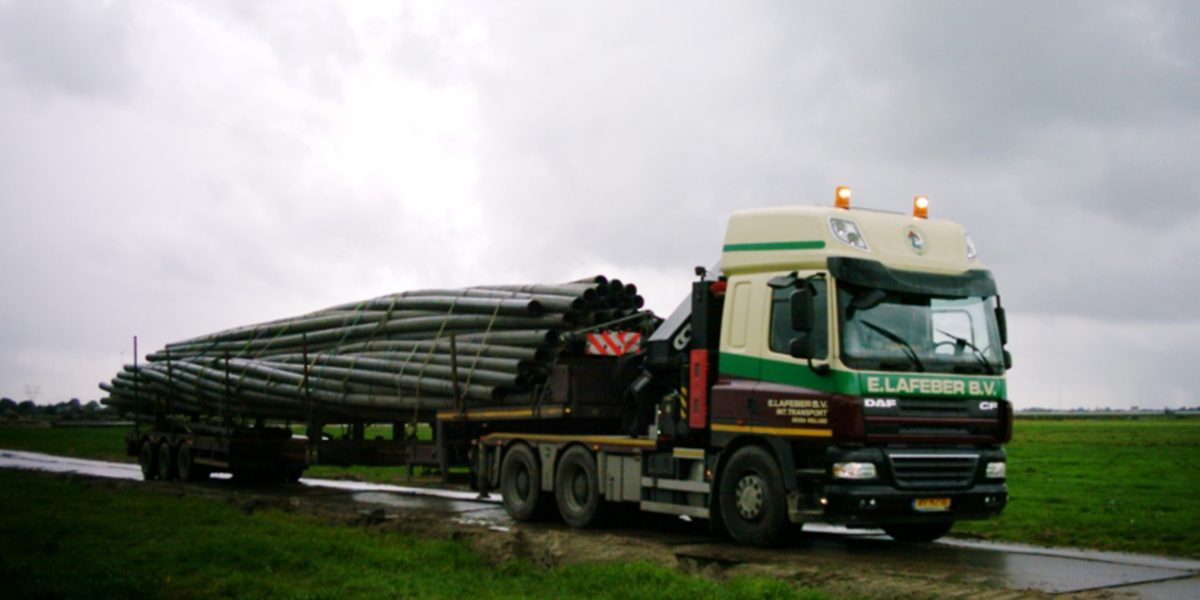 trekkerkraan 60 tm met platte trailer of semi 6